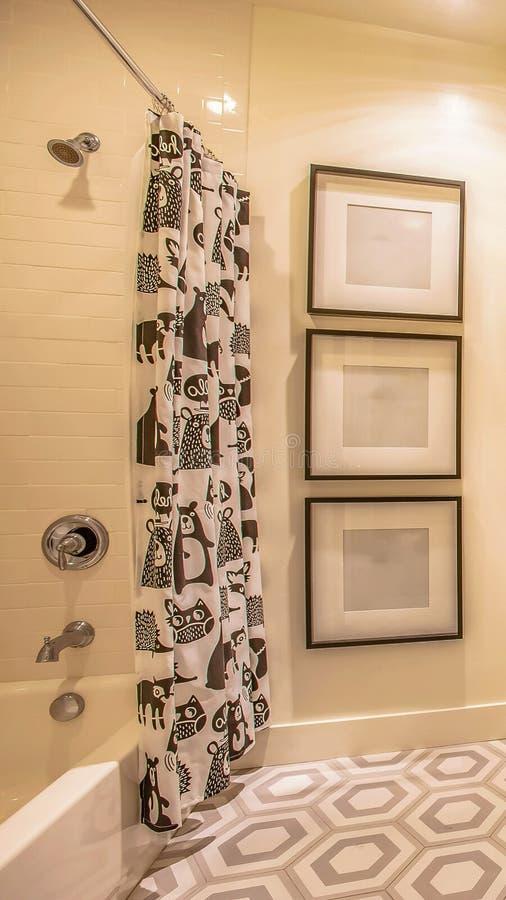 Interior elegante del cuarto de baño del marco del panorama de una casa con diseño geomwtric en el piso imagenes de archivo