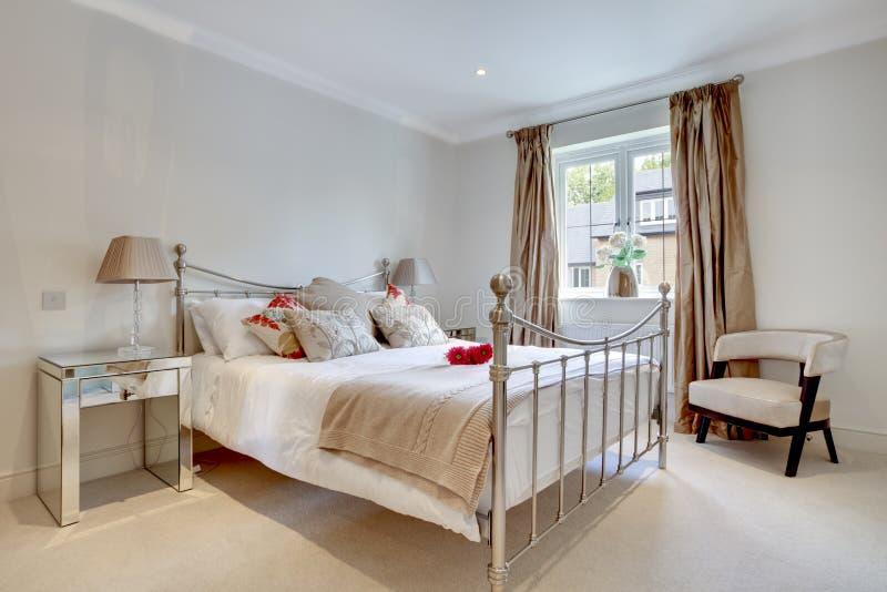 Interior elegante moderno del dormitorio imagen de archivo