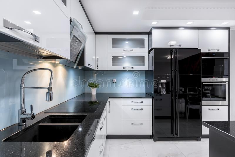 Interior elegante y moderno de la cocina fotografía de archivo libre de regalías