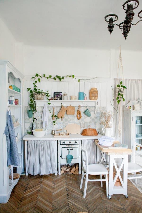 Interior elegante y soleado del espacio de la cocina con la pequeña tabla de madera en el estudio de la foto Decoración escandina fotos de archivo