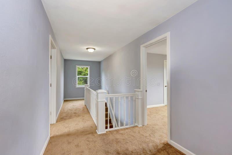 Interior em cima vazio do corredor na cor da alfazema imagens de stock