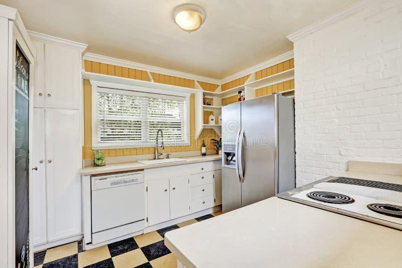 Interior em forma de u da sala da cozinha com refrigerador moderno foto de stock royalty free