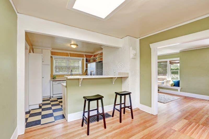 Interior em forma de u da sala da cozinha com tamboretes de barra imagem de stock royalty free