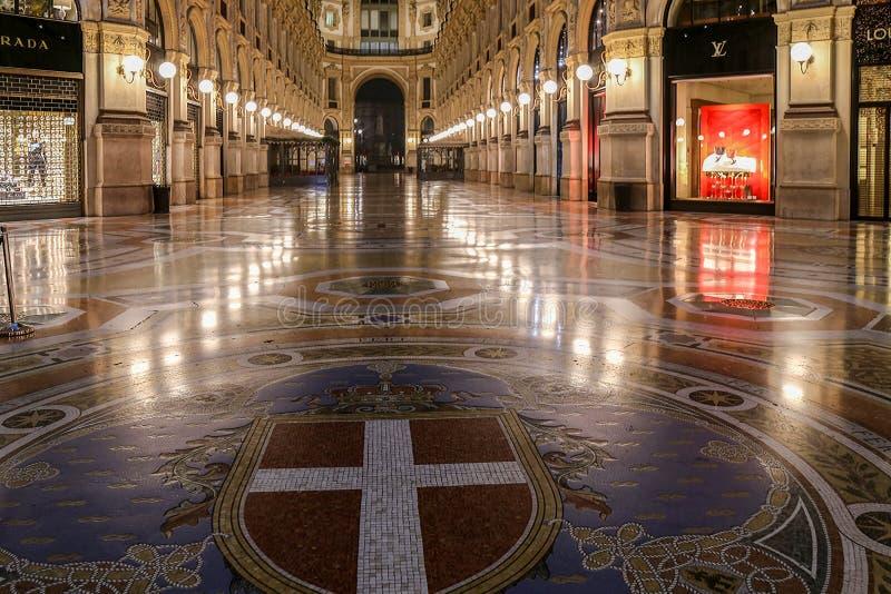 Interior en la galería de Vittorio Emanuele II el noche imagenes de archivo