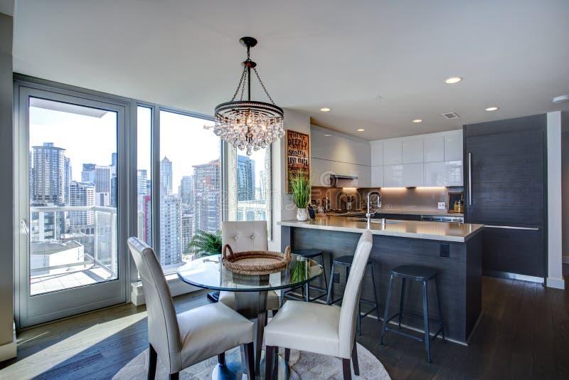 Interior enchido luz do apartamento com planta baixa aberta fotos de stock royalty free
