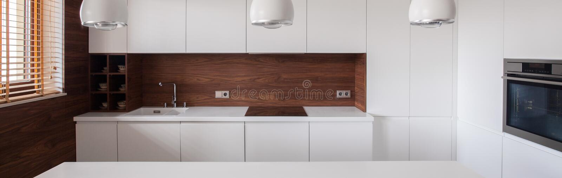Interior equipado blanco de la cocina foto de archivo