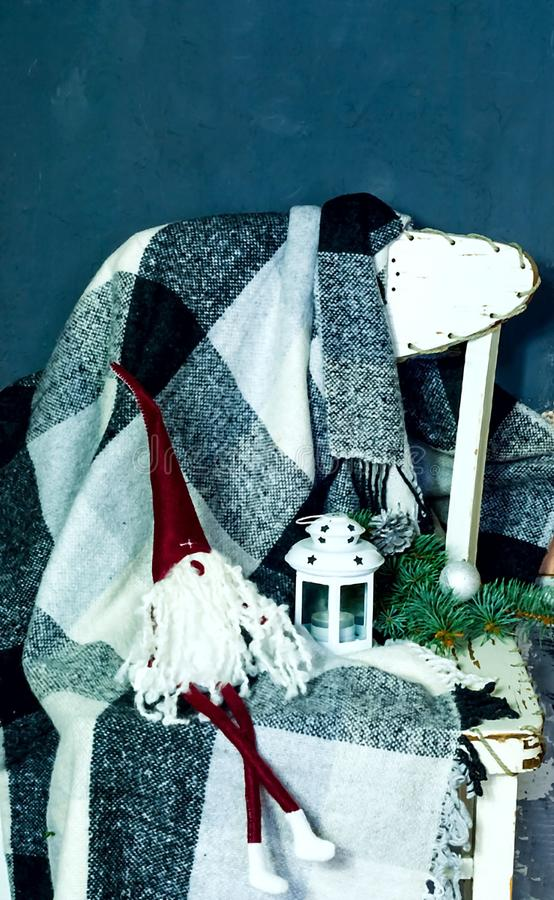 Interior escandinavo com gnomo do Natal A manta está pendurando na cadeira de madeira branca, no conceito do conforto e no aconch imagem de stock royalty free