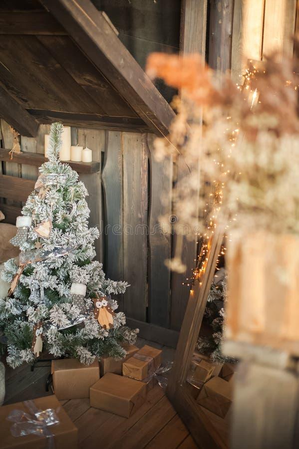 Interior escandinavo del dormitorio bajo Navidad Cama de madera de textura en el estilo del rústico del Año Nuevo adornada foto de archivo
