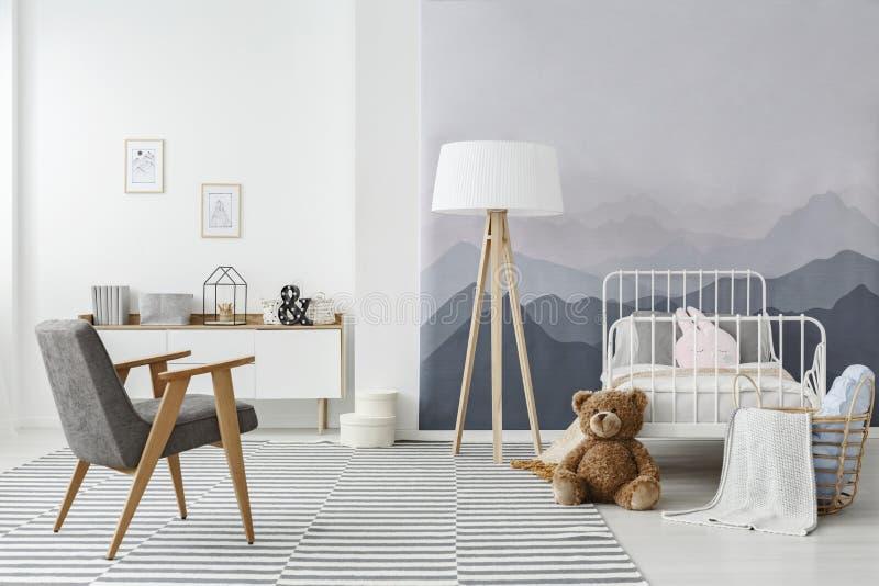 Interior escandinavo monocromático del dormitorio del ` s del niño foto de archivo
