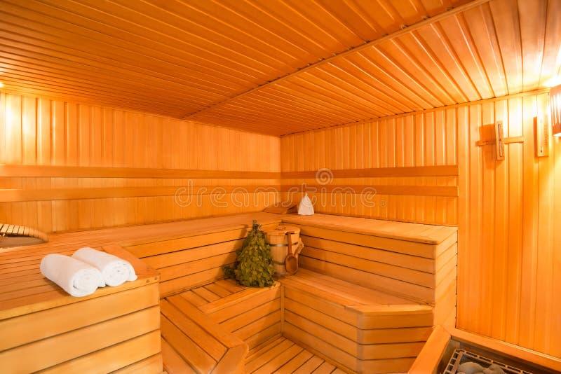 Interior espacioso de madera un cuarto de vapor fotos de archivo libres de regalías