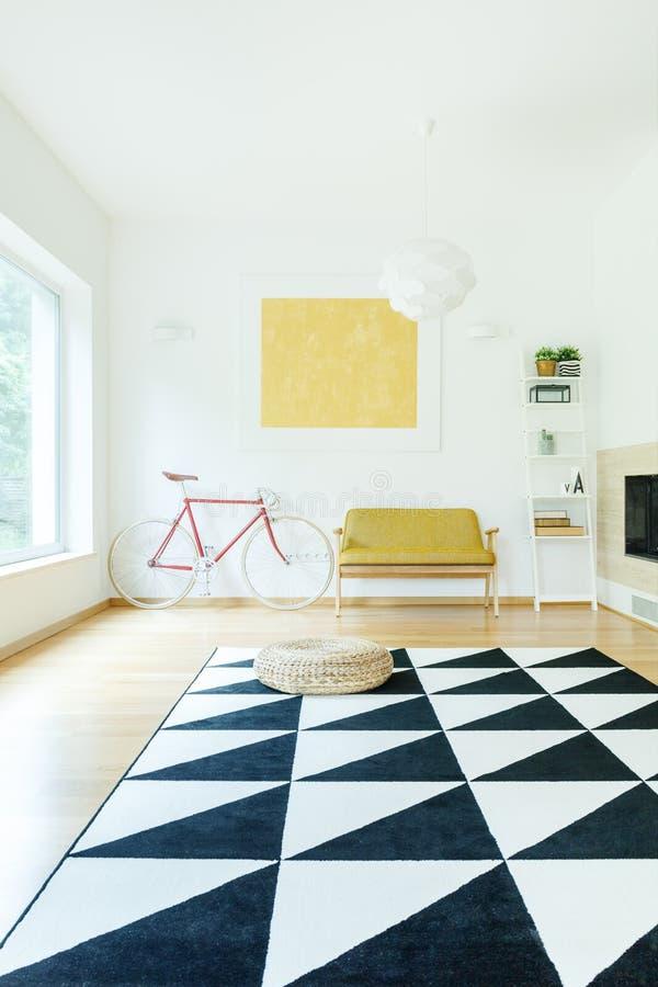 Interior espacioso del color del contraste imagen de archivo libre de regalías