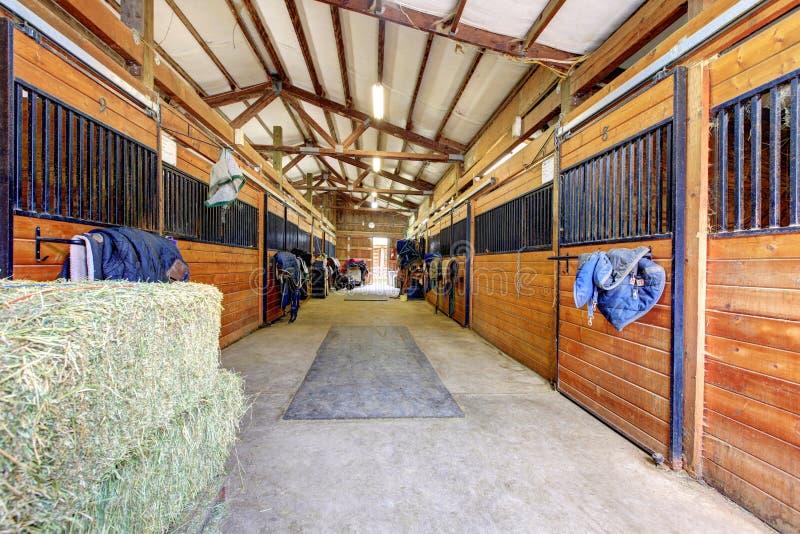 Interior estável do cavalo com hey e portas de madeira. fotos de stock