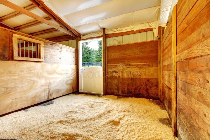 Interior estable vacío de la granja del caballo. fotos de archivo