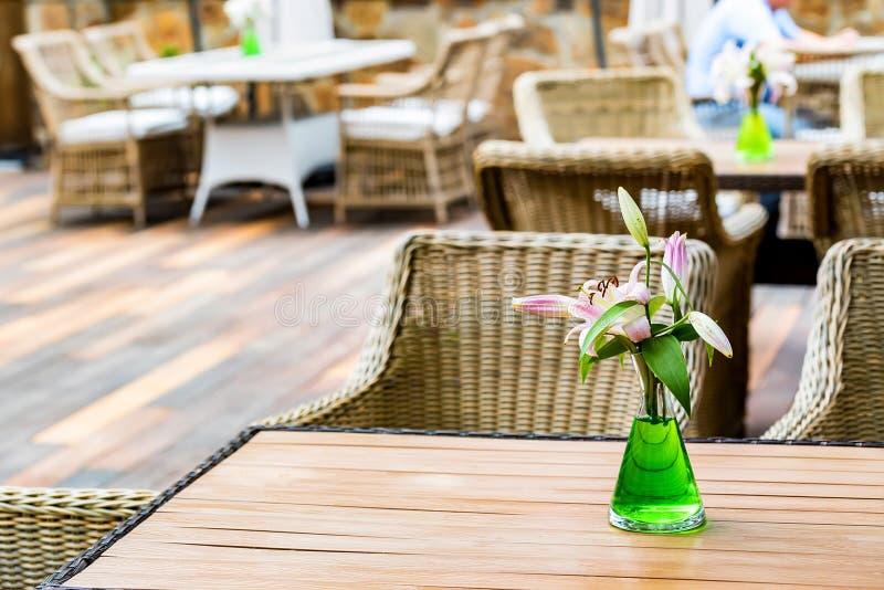 Interior exterior do restaurante com cadeiras de vime imagem de stock royalty free