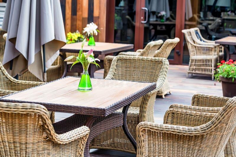 Interior exterior do restaurante com cadeiras de vime imagem de stock