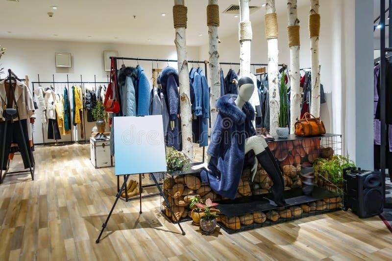 Interior fêmea da loja da roupa do inverno fotos de stock