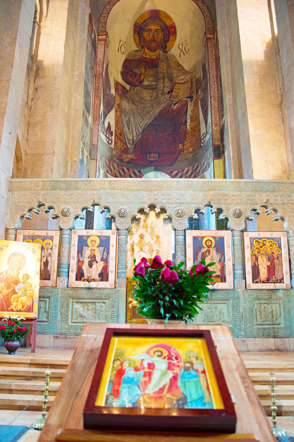 Interior famoso da catedral de Svetitskhoveli, Geórgia fotografia de stock royalty free
