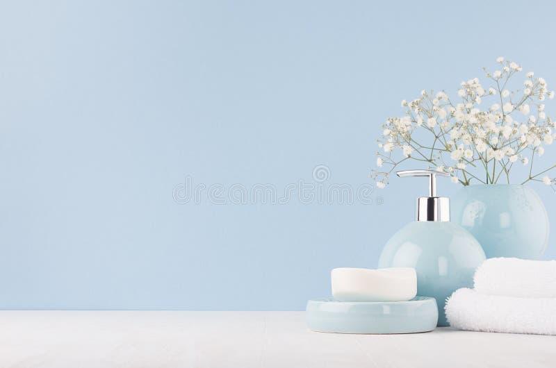 Interior fresco ligero suave del cuarto de baño en color azul en colores pastel con el ramo blanco, cuencos de cerámica lisos, pr imágenes de archivo libres de regalías