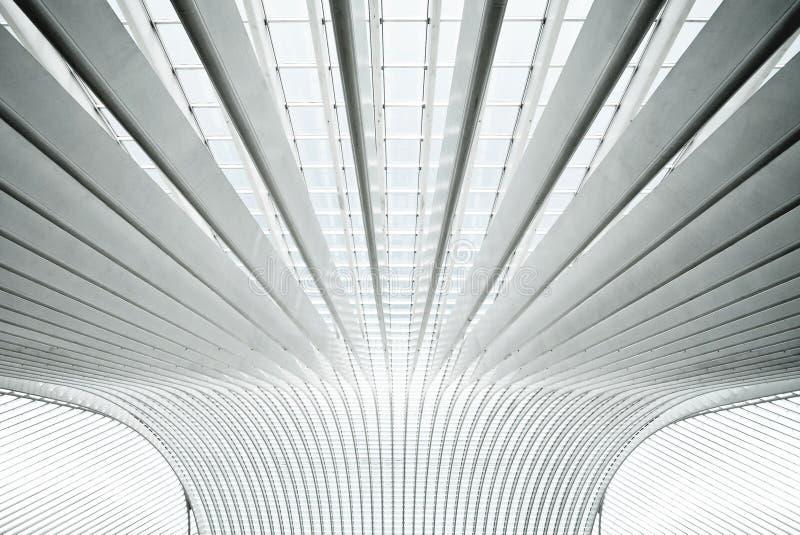 Interior futurista con los arcos concretos en perspe foto de archivo