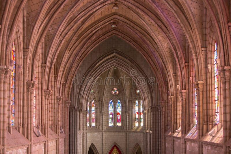 Interior gótico da basílica Del Voto Nacional, Quito, Ecuad imagens de stock royalty free