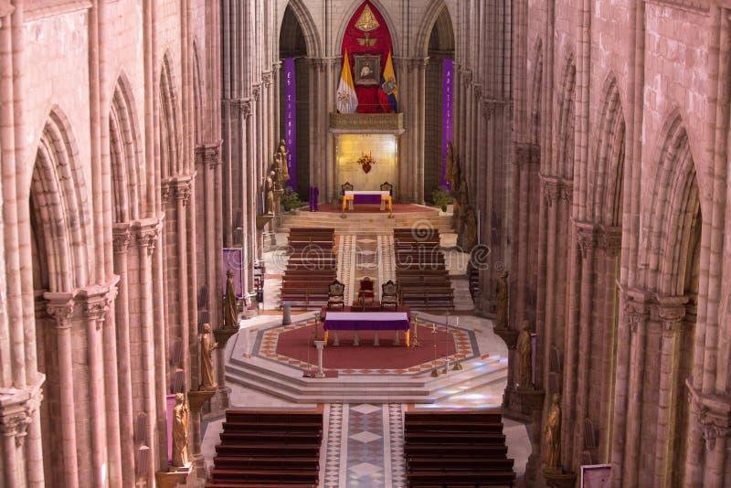 Interior gótico de la basílica Del Voto Nacional, Quito, Ecuad imagen de archivo