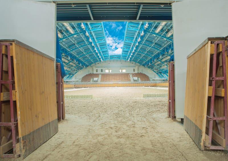 Interior grande de la arena del caballo con el cielo abierto fotos de archivo