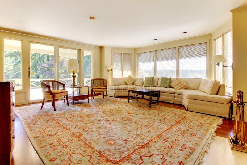 Sala de estar grande de la casa americana vieja. imagen de archivo libre de regalías