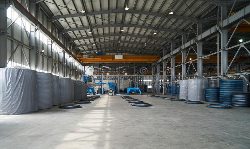 Interior grande moderno del almacén de la fábrica con algunas mercancías imagenes de archivo