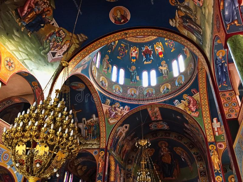 Interior griego adornado colorido de la iglesia ortodoxa, Grecia imagen de archivo