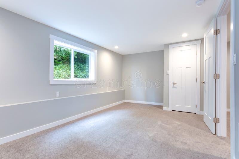 Interior gris del dormitorio con construido en armario imagen de archivo