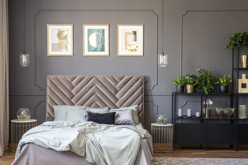 Interior gris oscuro del dormitorio con el wainscoting en la pared, rey-si fotografía de archivo