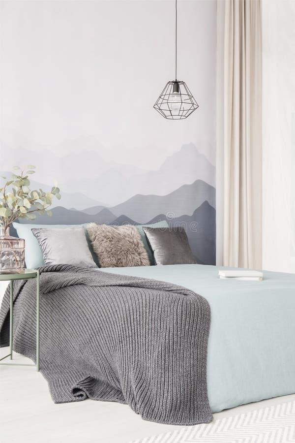 Interior gris y verde del dormitorio imagen de archivo libre de regalías
