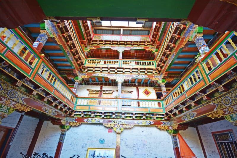 Interior hermoso de la casa de Tíbet imagen de archivo libre de regalías