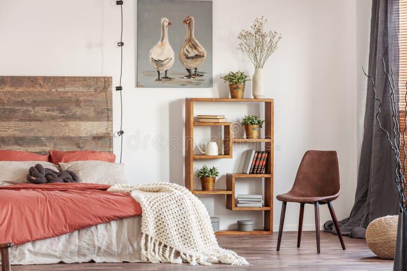 Interior hermoso del dormitorio con la cama gigante imagenes de archivo