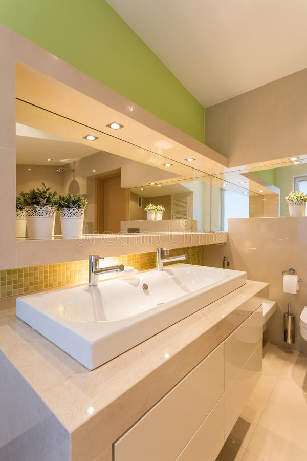 Interior iluminado moderno do banheiro fotografia de stock royalty free