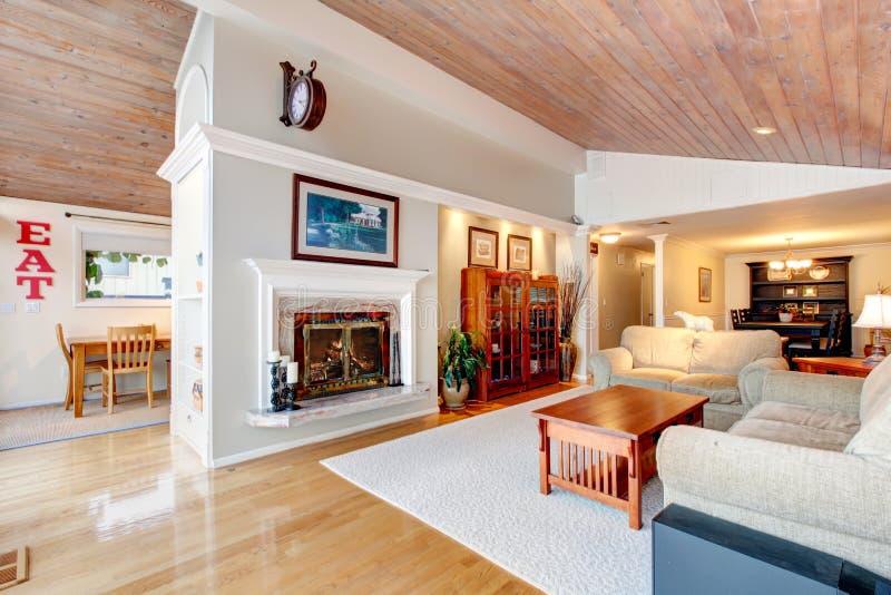 Interior impresionante de la sala de estar con el techo de madera inclinado imagenes de archivo