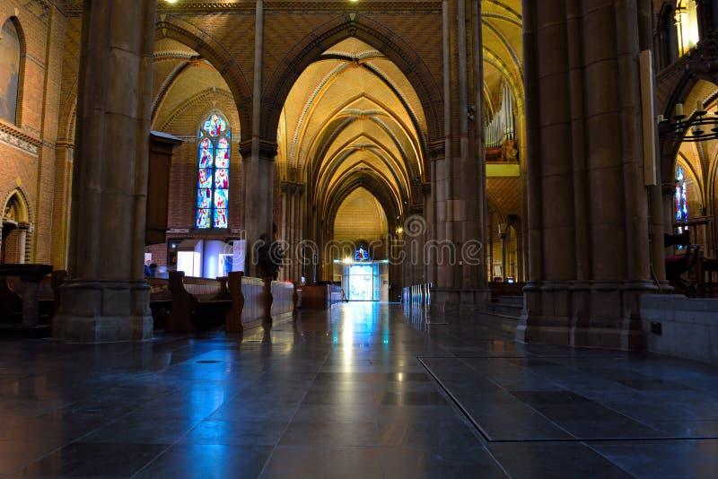 Interior increíble de una iglesia cristiana medieval imagen de archivo