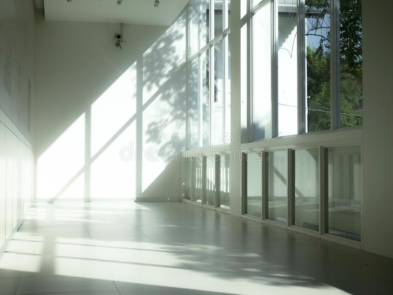 Interior industrial con la luz brillante que viene a través de ventanas foto de archivo