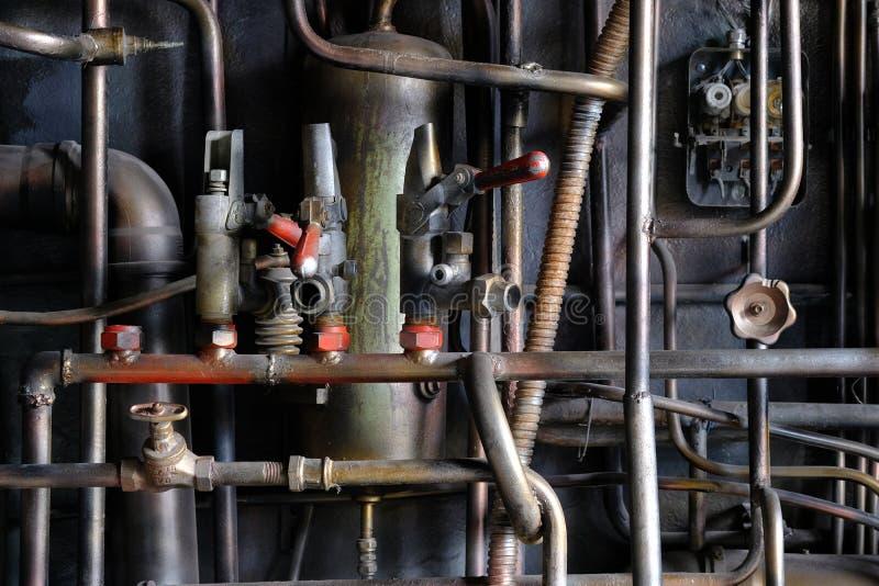 Interior industrial con los tubos viejos oxidados del metal imágenes de archivo libres de regalías