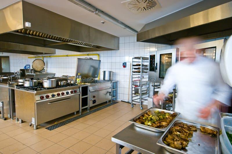 Interior industrial da cozinha com cozinheiros ocupados fotografia de stock royalty free