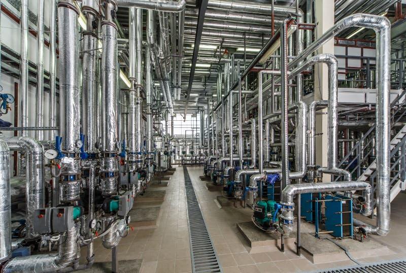 Interior industrial de la caldera con las porciones de tubos, de bombas y de válvulas imagen de archivo libre de regalías