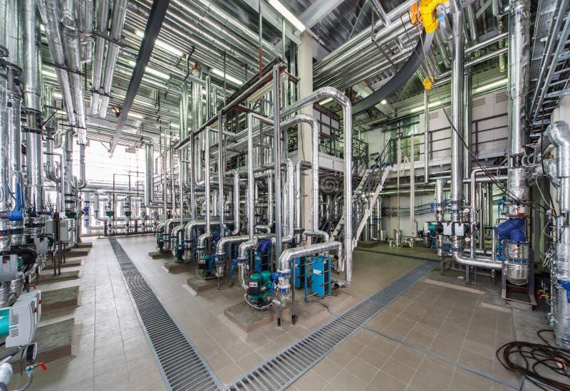Interior industrial de la caldera con las porciones de tubos, de bombas y de válvulas fotografía de archivo libre de regalías