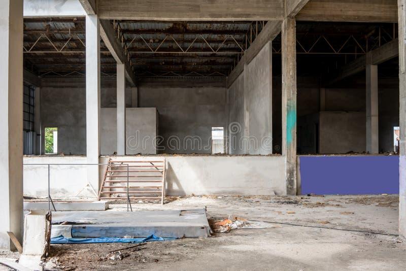Interior industrial de un edificio viejo de la fábrica fotos de archivo
