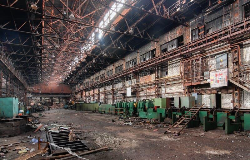 Interior industrial de una fábrica abandonada vieja imágenes de archivo libres de regalías