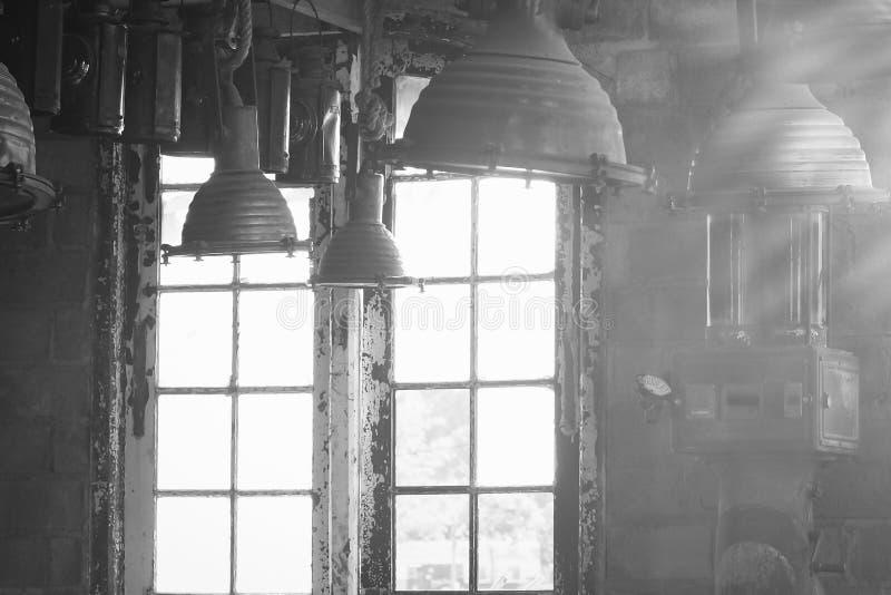 Interior industrial do vintage velho com a luz brilhante que vem através das janelas Luz solar bonita foto de stock royalty free
