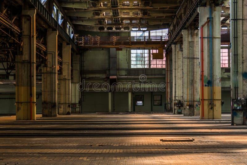 Interior industrial oscuro imagenes de archivo