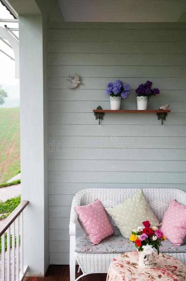 Interior inglês do balcão do vintage do país com luz natural, pil foto de stock royalty free