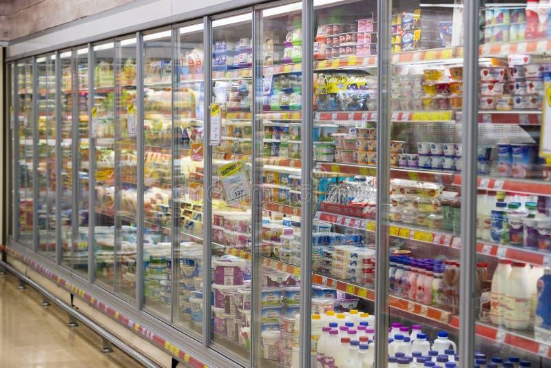 Interior interior de montantes y de refrigeradores con los productos del supermercado de Migros en Marmaris, Turquía imagenes de archivo