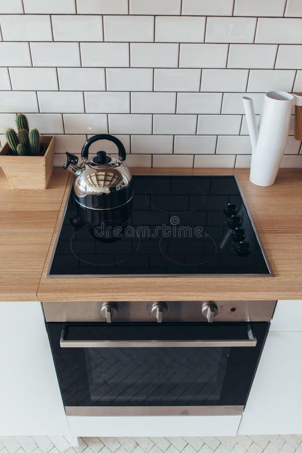 Interior ligero moderno del horno eléctrico nuevo de la cocina fotos de archivo libres de regalías