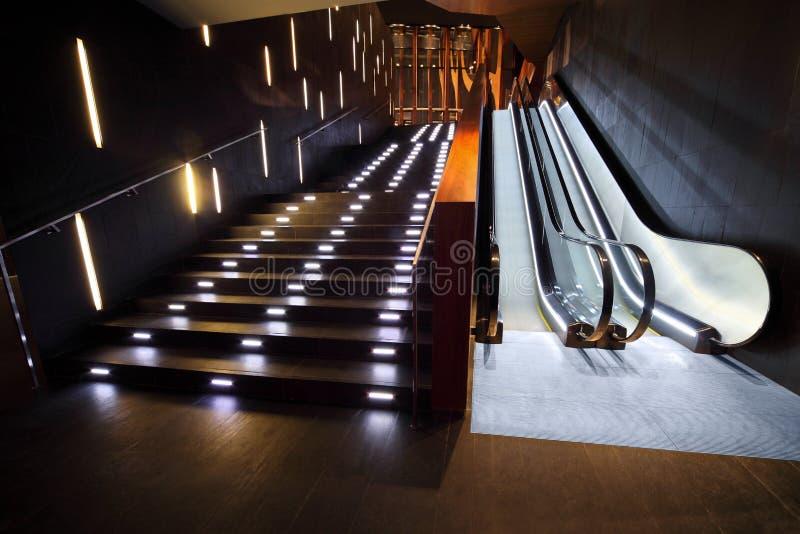Interior lujoso con la escalera y la escalera móvil imágenes de archivo libres de regalías